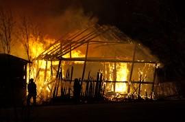 Navettarakennus tuhoutui tulipalossa Marttilan Heikolassa tiistai-iltana. Kuva: Simo Päivärinta.