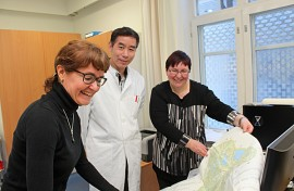 Pirjo Hiltunen, Leo Gu ja Eija-Liisa Vikström esittelevät  Auran alueen uutta omalääkärijakoa.