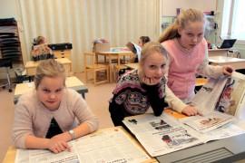 Ilona Toivonen (vas.), Saara Järvinen ja Miina Rantala etsivät Viikkolehdestä kiinnostavia juttuja.