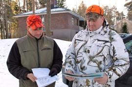 Ville Kalluinen ja Marko Setälä tutkivat lupa-alueen karttaa. Mynämäen, Nousiaisten, Pöytyän ja Oripään alueella elää kaksi susilaumaa, joista saa kannanhoidollisella poikkeusluvalla kaataa kolme sutta.