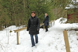 Marika Hirvensalo ja Liisa-Anneli Holmberg esittelevät  työttömien ryhmän työn tuloksia Martinmajalla. Polku puuceehen on tasoitettu ja erityisesti  Martinmajan seniorikäyttäjien arvostama  kaide on viittä vaille valmis.