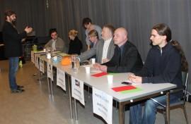 Ari Höyssä antoi ehdokkaille vielä viime hetken ohjeet. Mukana paneelissa olivat Johannes Yrttiaho (vas.), Minna Ylikännö (sd.), Merja Hermonen (vihr.), Kenneth Sundberg (kesk.), Vesa Kiertokari (kd.),  Ari-Pekka Haapanen (ps.) ja Antti Tulonen (Muutos 2011).