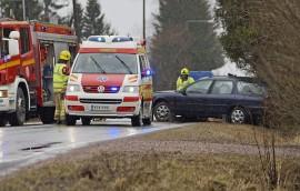 Törmäyksen jälkeen auto kimposi takaisin tielle. Kuva: Simo Päivärinta