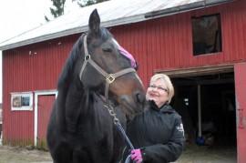 Tarja Puotsaari viettää vapaa-aikaansa mieluiten hevosensa, 12-vuotiaan tamma Harley's Cometin kanssa.