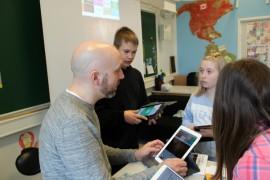 Tuomas Honkasalon oppilaat Nico Kajala, Saana Salonen ja Ella Virtanen opiskelevat tableteilla.