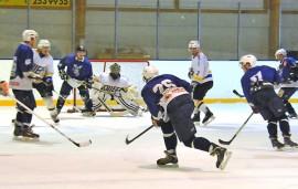 Taru Hockeyn puserrus ei tuottanut tulosta. Turkulainen Chiefs oli lauantaina kovempi. Kuva: Markku Pönni