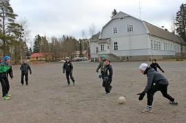 Kaulanperän koulun viides- ja kuudesluokkalaiset pojat pelaavat jalkapalloa koulupäivän alkua odotellessa. Poikien mielestä pienessä koulussa on muun muassa se hyvää, että kaikki tuntevat toisensa.