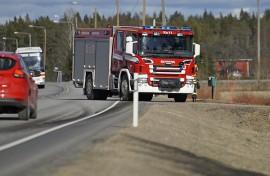 Palokunta joutui siivoushommiin Koskella, kun autosta hajosi törmäyksen vuoksi polttoainetankki. Kuva: Simo Päivärinta.
