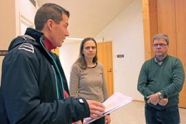 Auvaisten seudun kyläyhdistyksen varapuheenjohtaja Mika Hörkkö luovutti viime perjantaina kyläkouluadressin ja kyläyhdistyksen sekä vanhempaintoimikunnan lausunnon Marianne Mäkelälle ja Kari Jokelalle.