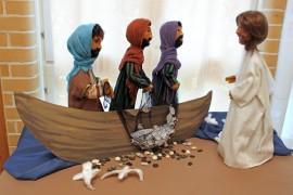 Jeesus tapaa opetuslapset. Liisa Pirisen taidokkaasti tekemät nuket kertovat Raamatun tarinoita Marttilassa.