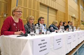 Tarja Mäki-Punto-Ristanen (kok), Tuula Hällfors-Laaksonen (sdp), Lauri Heikkilä (ps), Annika Saarikko (kesk), Annika Lapintie (vas), Marja Saario (vihr), Åsa Gustafsson (rkp) ja Raino Hannula (kd) kannattivat kaikki omaishoidon tuen siirtämistä Kelan maksettavaksi. Kuva: Özkan Inhanli