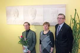 Reino Lindqvist (oik.) ja Eeva Korimäki vastaanottivat täydennyksen kunnantalon presidenttiteoskokoelmaan Arto Ali-Eskolalta.