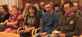Kyläkoulujen opettajat ja muu yleisö näyttivät aavistavan jo kokouksen alussa, mikä on koulukeskustelun lopputulos.