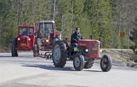 Traktorikirkko keräsi paikalle myös vanhempia traktoreita. Kuva: Marika Koliseva