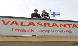 Yläneen Kk:n VPK:n huvitoimikunnan edustajat Laura Toivonen ja Marko Aaltonen toivottavat kaikki tanssimusiikin ystävät tervetulleiksi 60 vuoden ikään ehtineelle tanssipaikalle, jossa Suomen huippuartistit viihdyttävät yleisöä.