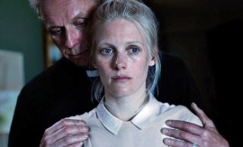 Lauri (Eero Aho) ja Kiia (Laura Birn) joutuvat tiukan paikan eteen Henkesi edestä -elokuvassa.