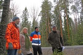 Ely-keskuksen ylitarkastaja Iiro Ikonen (oik) kävi tutustumassa alueeseen yhdessä maanomistajien Eero ja Inkeri Vyyryläisen sekä Carunan projektipäällikön Teemu Kemppaisen kanssa.