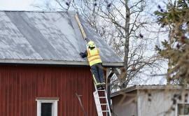 Härkätien varressa Kosken Koivukylässä ulkorakennuksen katto meinasi irrota kello 13.15 aikaan. Kuva: Simo Päivärinta.