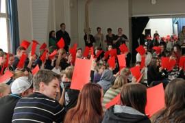 Kosken lukiolaiset sekä yhdeksäsluokkalaiset olivat yksimielisiä siitä, ettei verotusta pidä kiristää ja että yleinen asevelvollisuus on hyvä asia. Äänestysikärajan lasku jakoi mielipiteitä.