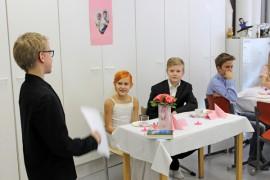 Morsiamen isä Matias Gustafsson pitää hääpari Lotta Sjölle ja Aaro Niemiselle puheen. Bestman Miska Rotokin on kuulolla.