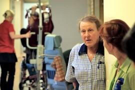 Lähihoitaja Airi Huczkowski viihtyy erinomaisesti työssään sillä työyhteisö on hänestä toimiva ja vanhukset ovat hänelle rakkaita. Kuva: özkan Inhanli