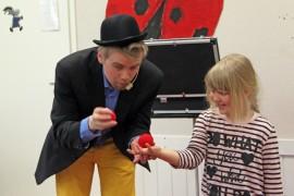 Sara Salmi hämmästyi, kun taikuri Marcus Alexander taikoi pallon hänen käteensä.