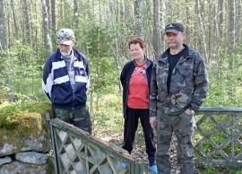 Heikki Salmen, Birhte Godtin ja Timo Alennon mielestä Ristinummen hautausmaa kaipaa kunnostusta ennen kuin on liian myöhäistä. Hautausmaan lahonnut portti on sentään menossa uusiksi. Siitä on hyvä jatkaa.