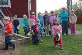 Pihalla esitetty intiaanilaulu johdatti juhlijat päiväkodin kevään teemaan.
