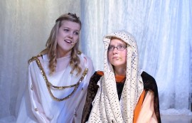 Aavasta (Jemina Jansson) on tuleva valtakunnan uusi hallitsija. Aavan äiti, haltiakuningatar Akileija (Laura Flemming) ilmestyy tukemaan Aavaa tämän matkalla hallitsijaksi. Kuva: Kiti Salonen.