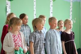 Haverin koulun ykkös- ja kakkosluokkalaiset vierailivat laulaen äidin kasvimaalla, raparperin alla...