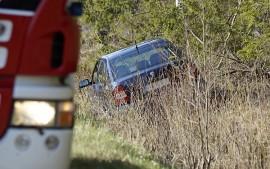 Henkilöauto suistui pusikon sekaan Salontieltä. Kuva: Simo Päivärinta