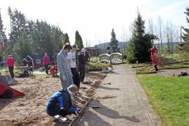 Opiskelijat ovat ehostaneet ajan saatossa ränsistynyttä ja villiintynyttä Finneminnen leikkikenttää.