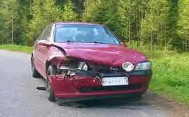 Henkilöauto kärsi melkoiset peltivauriot Koskella maanantaiaamuna sattuneessa peurakolarissa. Kuva: Simo Päivärinta.