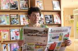 Tarvasjoen hyvinvointikeskukseen maanantaina aukeavassa lehtisalissa voi lukea niin sanoma- kuin aikakauslehtiäkin. Kuvassa Sini-Päivi Aho.  Kuva: Nelly Rauhala.
