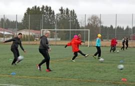 Pieni sadekaan ei jalkapallosta innostuneita äitejä haittaa.