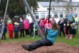 Vanhempainyhdistyksen puheenjohtaja Kirsi Nieminen sai kunnian suorittaa ensimmäisen laskun.