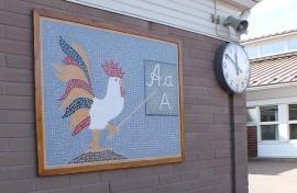 Riihikosken koulun seinän aapiskukko tulee näillä näkymin parin vuoden päästä tutuksi myös oripääläisille.