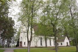Kosken kirkko on jykevä ilmestys, johon mahtuu 700 henkilöä. Sunnuntain juhlajumalanpalvelukseen toivotaankin penkkirivit mahdollisimman täyteen. Kuva: Nelly Rauhala