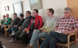 Koulusopimusasia veti kokoukseen runsaasti yleisöä. Oripään sivistysjohtaa Mika Virtanen (oik) vastasi myös valtuutettujen kysymyksiin.