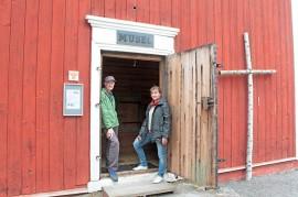 Kotiseutuyhdistys Tarvaisiin kuuluva Risto Sipilä ja Leena Viskari  toivovat, että lainamakasiinin ovi käy kesän mittaan ahkerasti