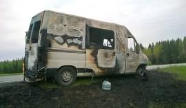 Tuli tuhosi kymppitielllä liikkuneen asuntoauton Koskella. Kuva. Simo Päivärinta