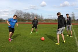 Jere Sillanpäällä (vas), Jere Sollalla, Waltteri Aarniolla ja Miika Hounilla on kaikilla palloilutaustaa. FC Kyntäjissä pelataan pilke silmäkulmassa.