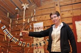 Joulukuusi on ehdoton osa joulunäyttelyä. Irma Vesanen ihailee entisajan käsityötaitoa.