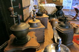 Kahvimyllyjä moneen lähtöön. Kahvinjuojat jauhoivat oman kahvinsa pitkään kotona.
