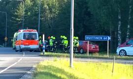 Edellä ajaneessa autossa matkustajana ollut nainen kuljetettiin sairaalaan. Kuva: Urpo Lehtimäki