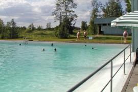 Tältä maauimalassa näytti 10 vuotta sitten. Vuoden 2005 arkistokuvassa helle hellii uimareita.