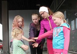 Oripääläiset Mikkolan sisarukset Alesia, Jeanette, Nadine, Mirabelle ja Elena puhaltavat yhteen hiileen niin urheilu- ja pelikentillä kuin kotonakin.