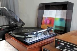 Museopappilasta löytyy nyt mielenkiintoisia vanhoja levysoittimia. Kuva: Kiti Salonen