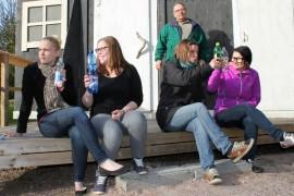 Kylän naisille Hilkalle (Elina Ristimäki), Hertalle (Heidi Haapanen), Reetalle (Tuuli Korpisalo) ja Änkiläskälle (Marika Tapanainen) maistuu kulttuurin lisäksi väkijuomat. Kylän kultapoika Olavi (Ensi Kulta) katselee naisten touhujen perään.