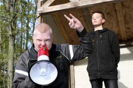 Janne Pienvorsseli (Pirkka Rauvola) saapuu pikkupiru (Roni Tuominen) kintereillään houkuttelemaan kylän asukkaita synnin tielle.